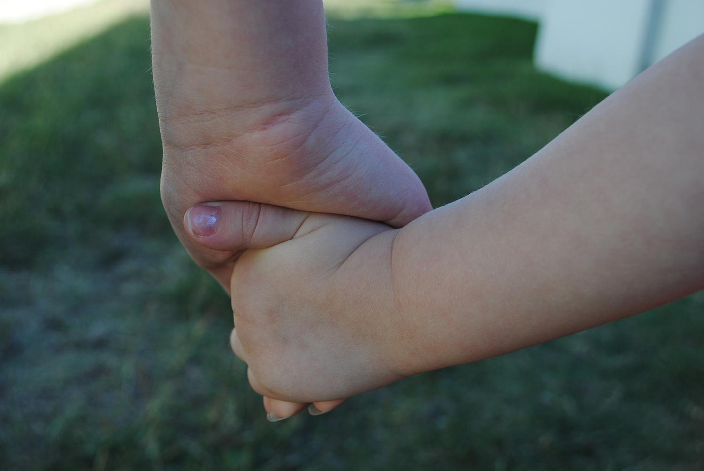 handen ouder kind